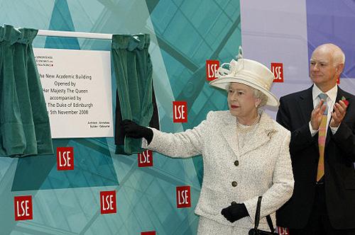 La reine d 39 angleterre inaugure de nouveaux b timents for Nouveau batiment londres