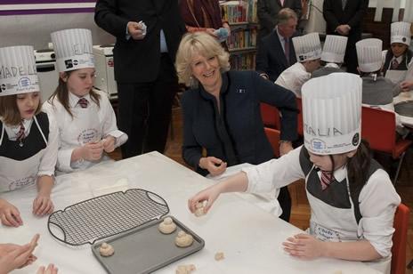 Le prince de galles et la duchesse de cornouailles un atelier de cuisine noblesse royaut s - Cours de cuisine londres ...