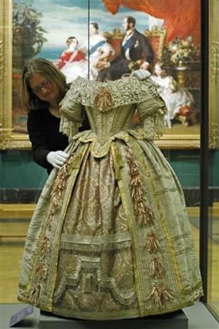 La robe port e par la reine victoria lors d 39 un bal en 1851 noblesse royaut s - Robe reine des glaces ...