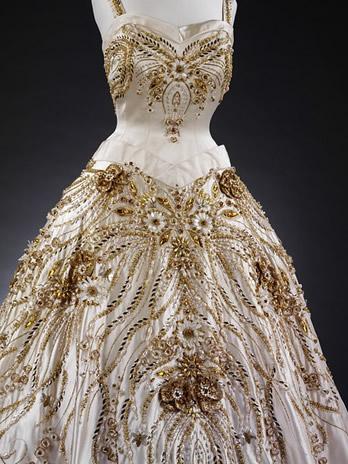 La robe de soir e port e en 1957 par la reine elizabeth l 39 op ra de paris noblesse royaut s - Robe reine des glaces ...
