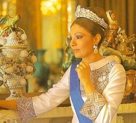 L\u0027impératrice Farah d\u0027Iran immortalisée dans l\u0027un des salons du palais du  Golestan de Téhéran. L\u0027impératrice porte un imposant diadème de diamants  resté en