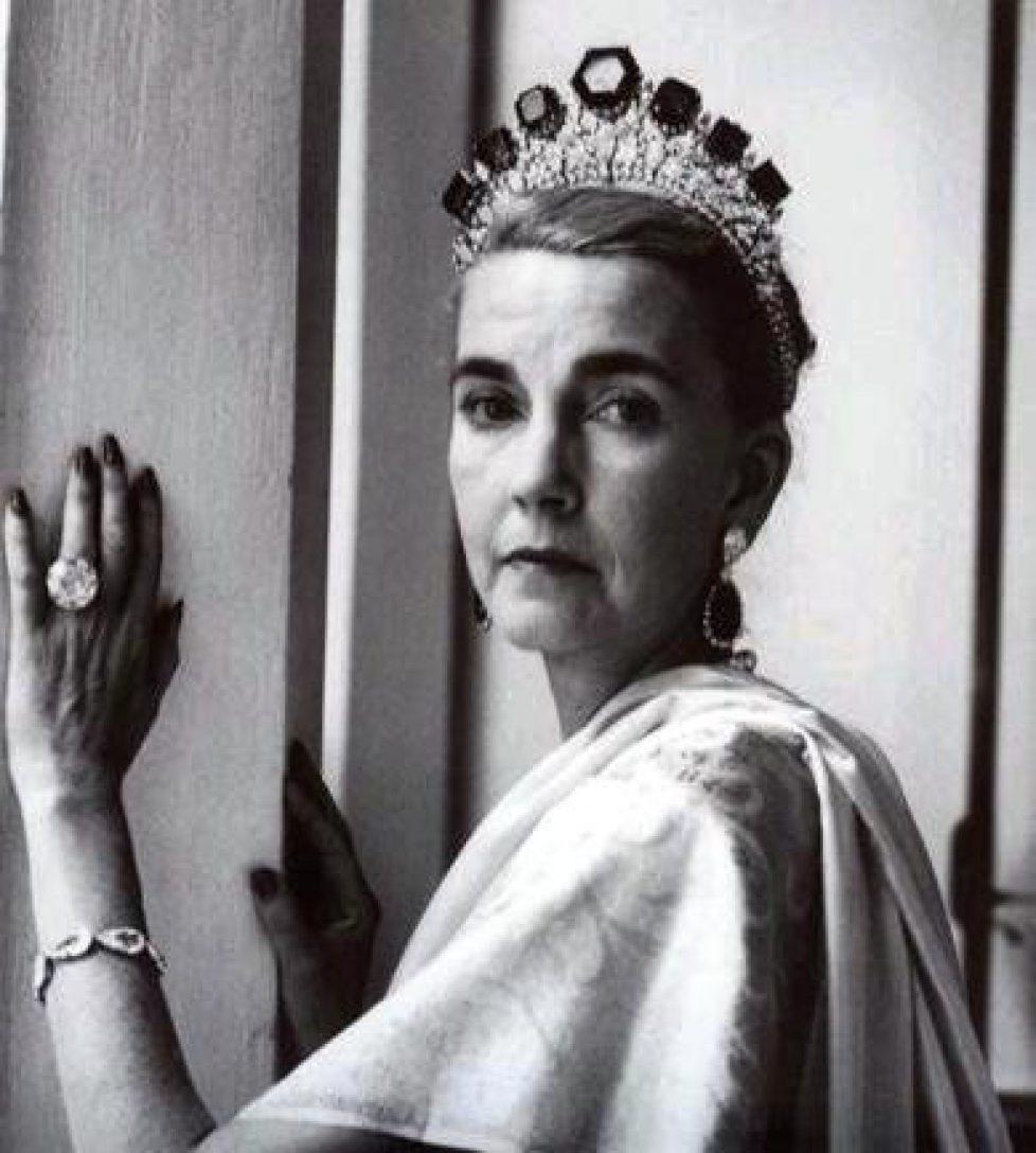 barbara-hutton-wearing-the-romanov-emerald-tiara-and-pasha-diamond