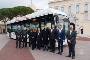 Le prince de Monaco inaugure un autobus hybride