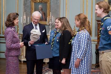 Carl Gustav de Suède : remise de cadeaux