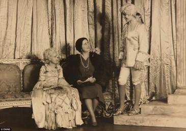 Elizabeth et Margaret sur les planches au théâtre