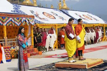 La famille royale du Bhoutan à une cérémonie religieuse