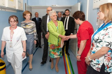 Muna de Jordanie visite un hôpital à Bucarest