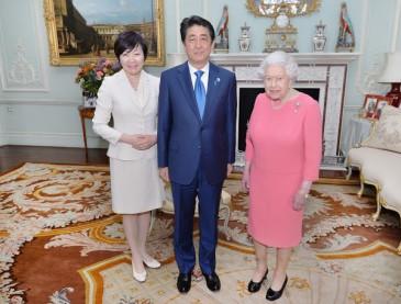 Elizabeth II reçoit le Premier Ministre japonais