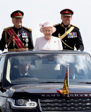 Elizabeth II aux 300 ans de l'artillerie royale