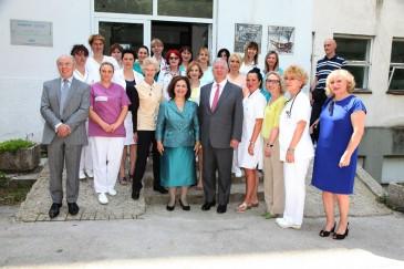 Alexandre et Katherine de Serbie en visite dans des hôpitaux