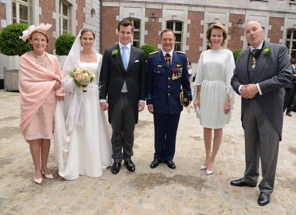 La reine Mathilde accueillie par les Ligne (à droite le père du marié)