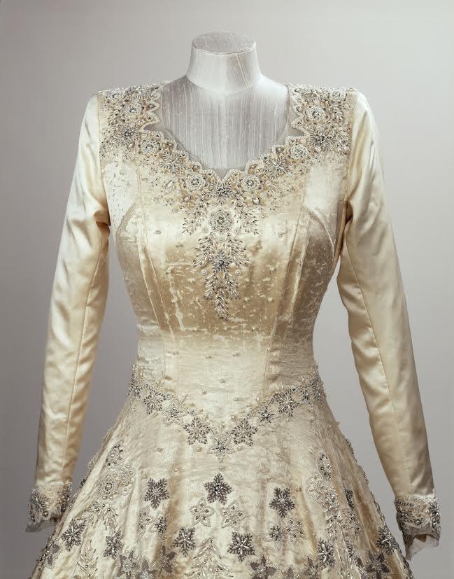 La Robe De Mariee D Elizabeth Ii Noblesse Royautes