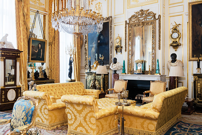 vente du contenu de l 39 h tel particulier de robert de balkany noblesse royaut s. Black Bedroom Furniture Sets. Home Design Ideas