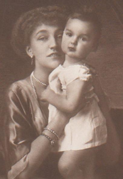 12 Elisabeth-Marie et sa fille Stéphanie