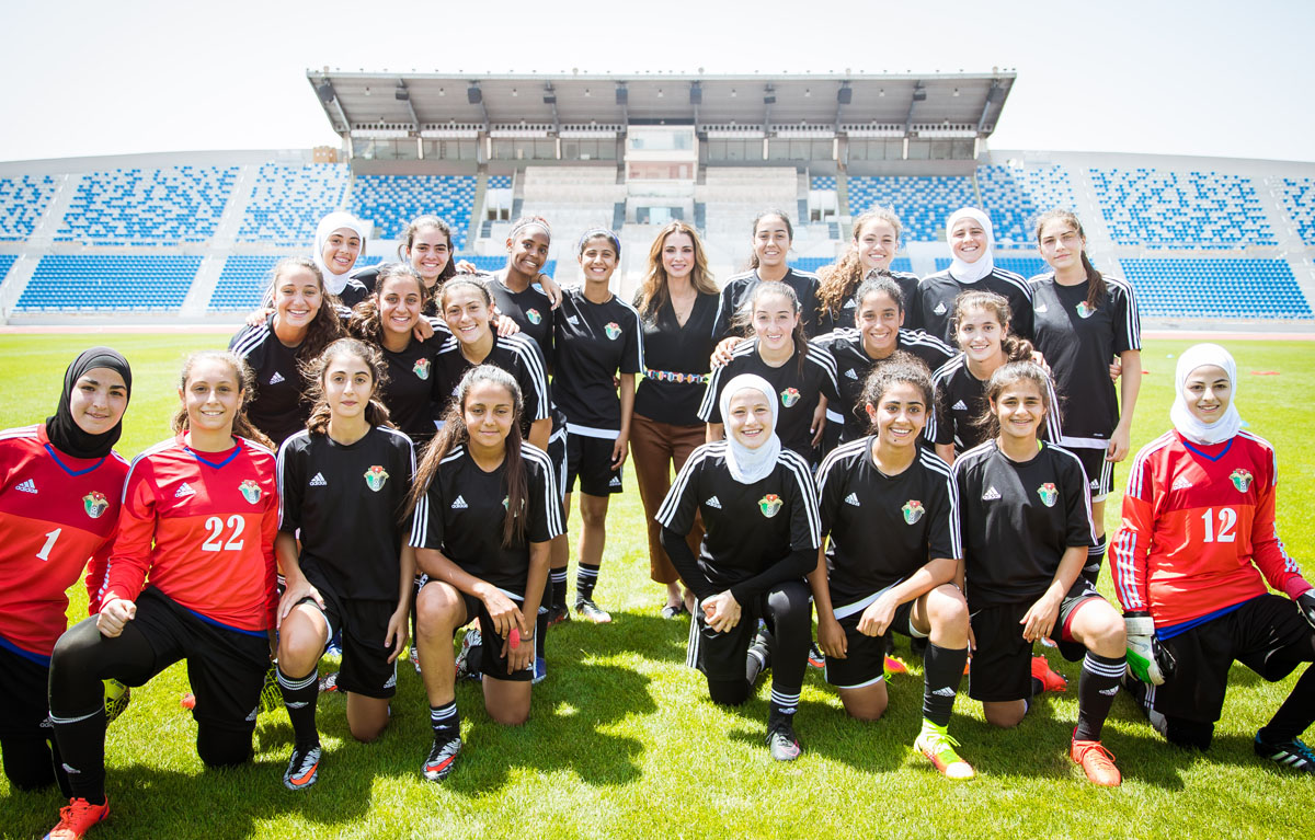 Raina de Jordanie encourage les joueuses de football