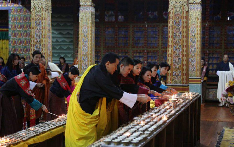 La famille royale du Bhoutan se recueille en mémoire du roi Bhumibol