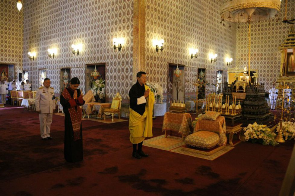 Les souverains du Bhoutan se recueillent à Bangkok