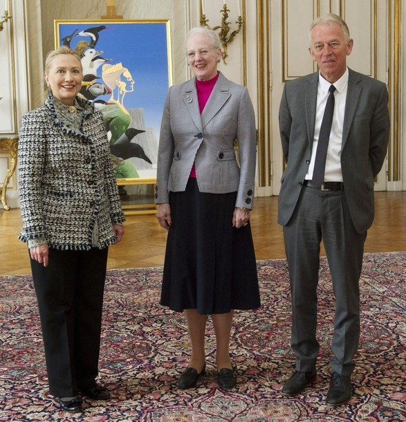 U.S. Secretary of State Hillary Clinton (L), Queen Margrethe of Denmark (C) and Danish Foreign Affairs Minister Villy Sovndal are seen in Amalienborg Palace in Copenhagen, Denmark May 31, 2012. REUTERS/Saul Loeb/Pool (DENMARK - Tags: POLITICS ROYALS)