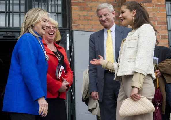 US Secretary of State Hillary Clinton (L) talks with Crown Princess Victoria (R) of Sweden, Swedish Foreign Minister Carl Bildt (2nd R) and Swedish Environmental Minister Lena Ek (2nd L) as they leave following a meeting of a Climate and Clean Air Coalition at the Photography Museum in Stockholm, Sweden, June 3, 2012. AFP PHOTO - POOL / Saul LOEB (Photo credit should read SAUL LOEB/AFP/GettyImages)