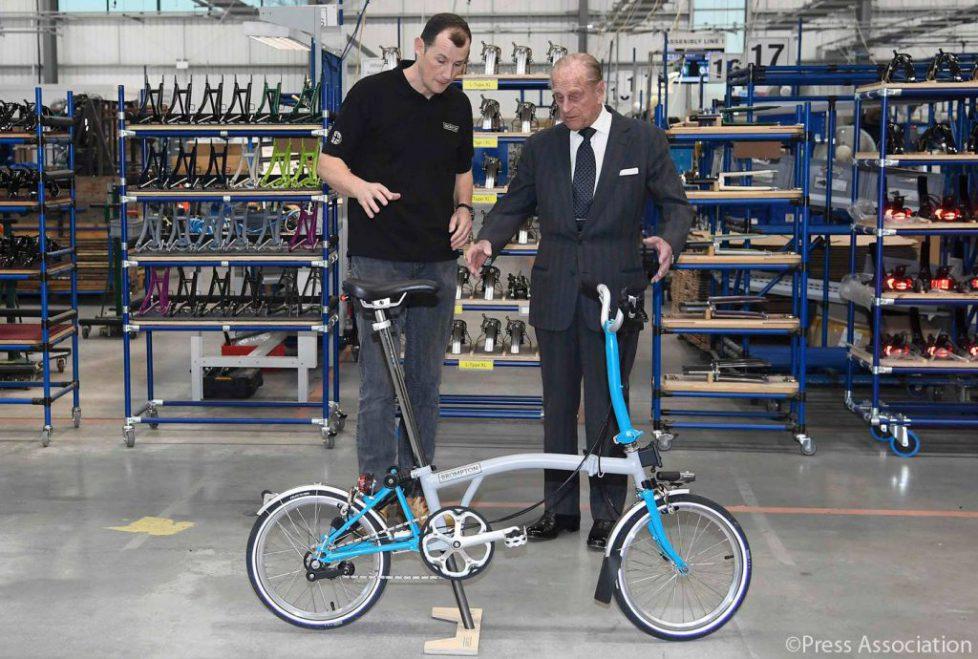 Le duc d'Edimbourg visite une usine de vélos