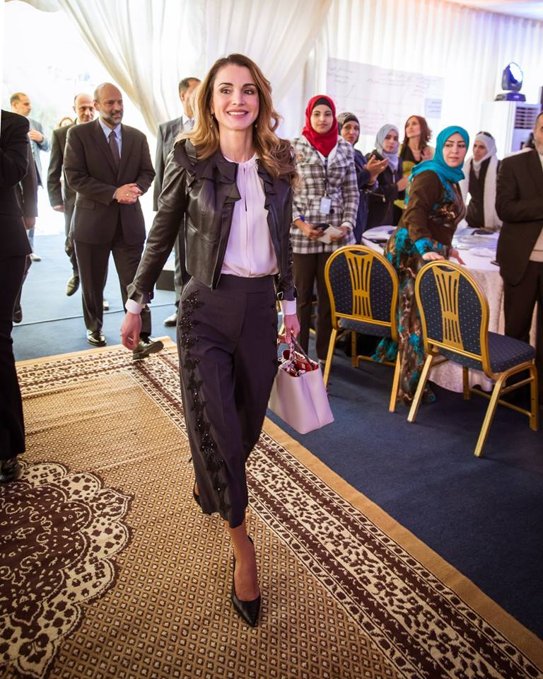 Rania de Jordanie visite une école secondaire