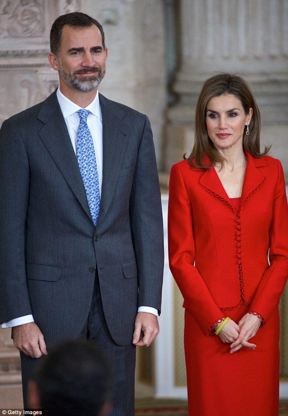 24B8AB2900000578-2911758-MADRID_SPAIN_JANUARY_15_King_Felipe_VI_of_Spain_and_Queen_Letizi-a-2_1421334080423