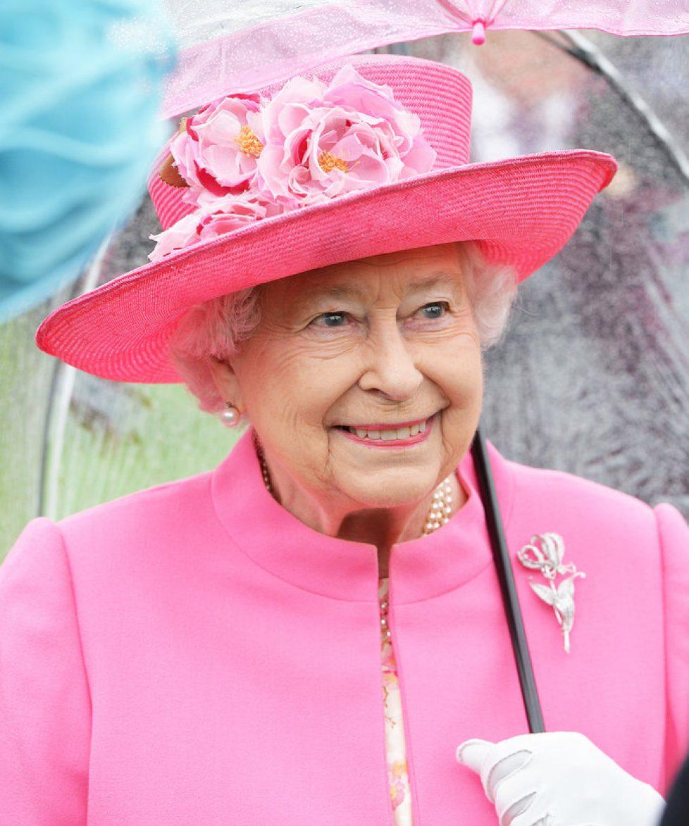 051016-queen-elizabeth-pink-umbrella-lead
