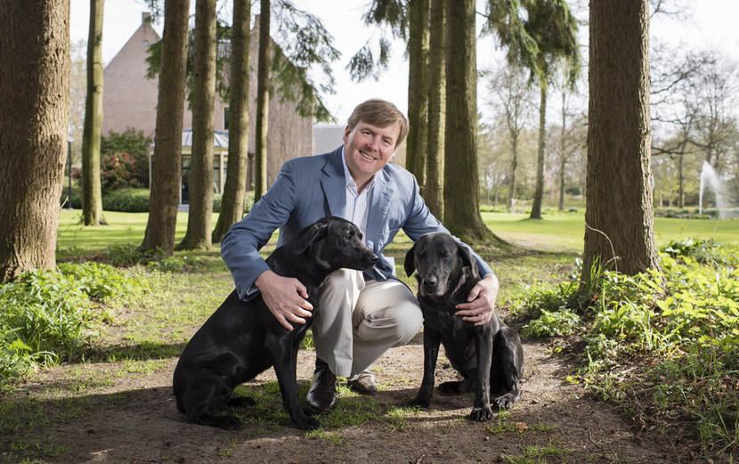 zijne-majesteit-koning-willem-alexander-met-de-honden-skipper-en-nala