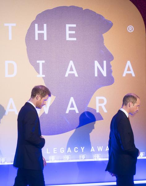 Duke+Cambridge+Prince+Harry+Present+Diana+C_qanIJZTZnl