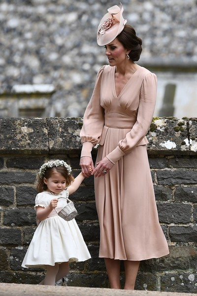 Kate middleton portait une robe rose poudré mi longue pour mariage de Pipa
