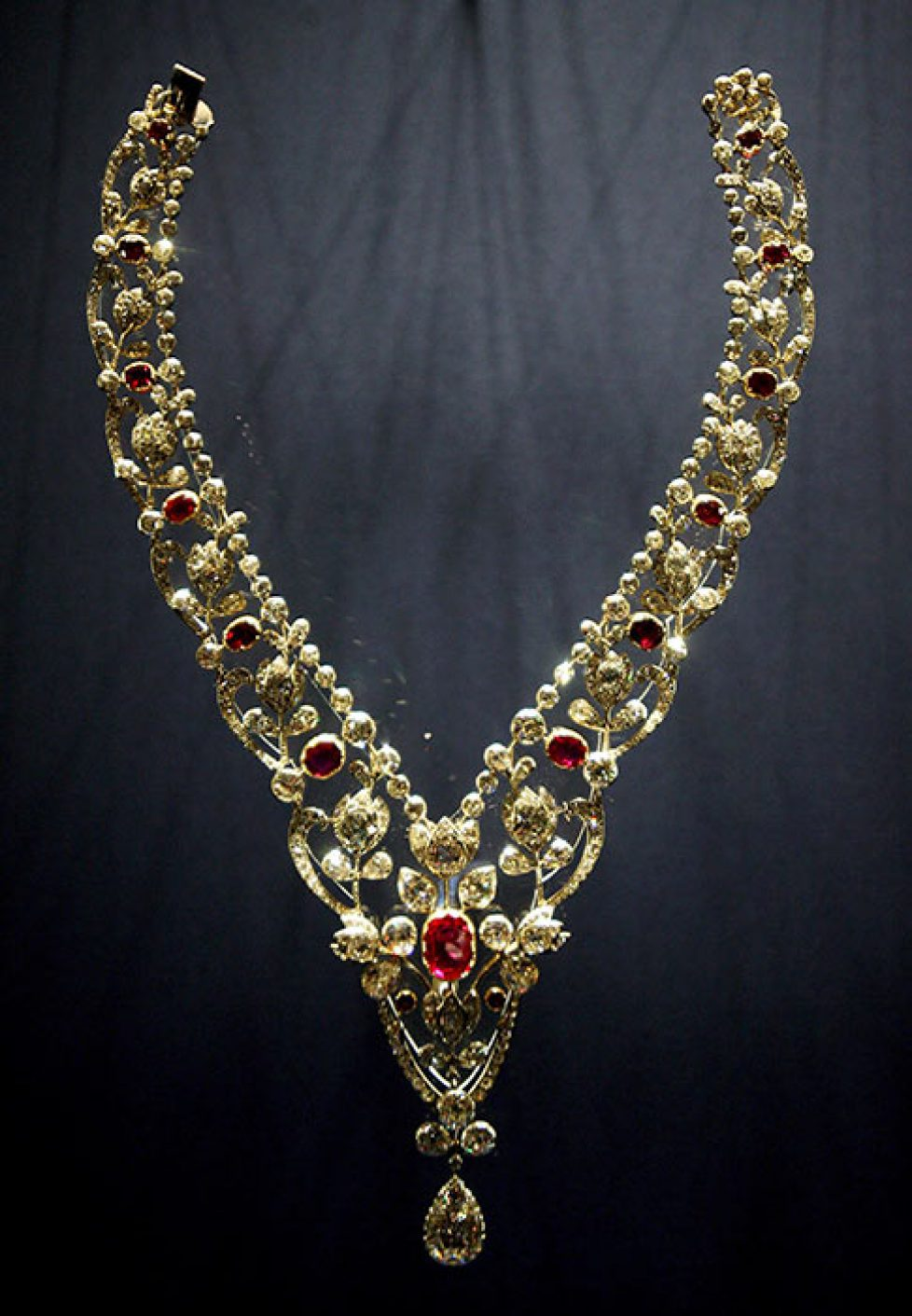 queen-kate-ruby-necklace-a