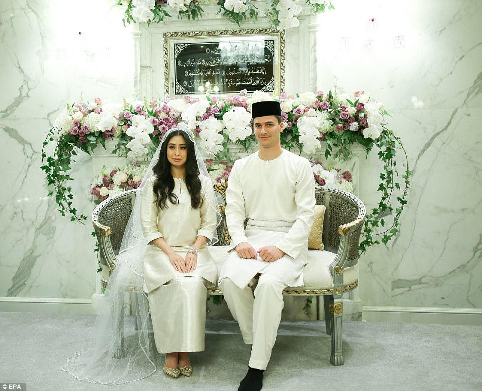 433E0C1E00000578-4788292-A_fairy_tale_Johor_Princess_Tunku_Tun_Aminah_Sultan_Ibrahim_and_-m-72_1502721742038