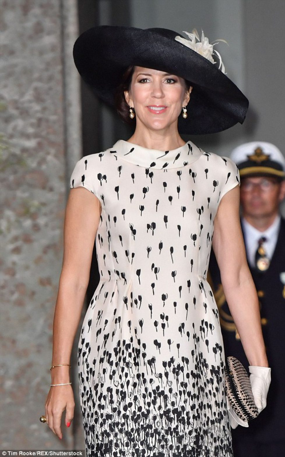 34AF9B8900000578-3612631-Crown_Princess_Mary_of_Denmark_stuns_once_again_as_attends_the_c-a-1_1464350854540