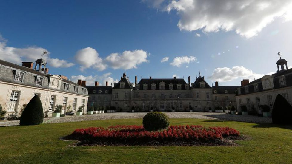 A view shows the front garden and the facade of the Chateau de Menars