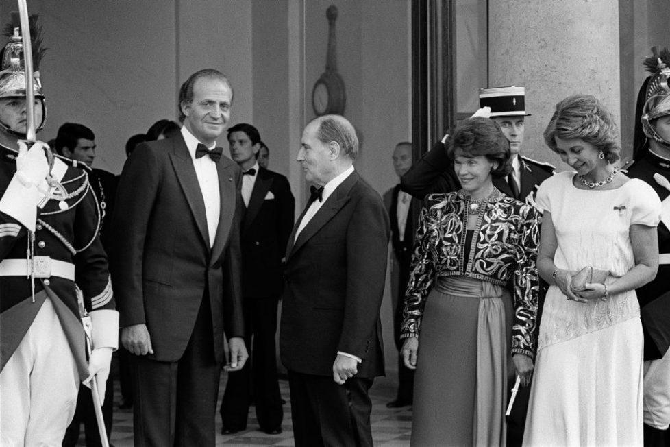 French President Francois Mitterrand (C)