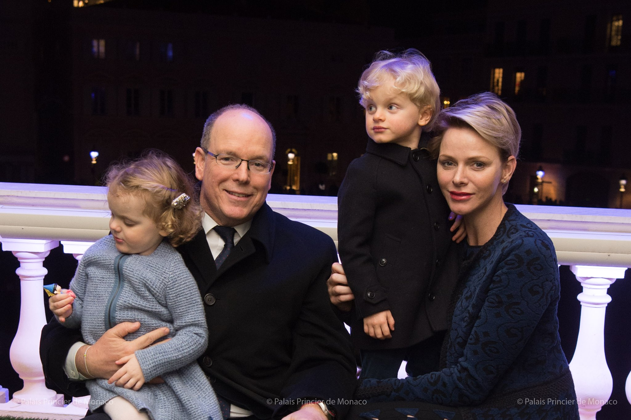 d3cd73191c9 Le prince Albert et la princesse Charlène de Monaco ont assisté avec leurs  enfants le prince Jacques et la princesse Gabriella depuis le balcon du  Palais ...