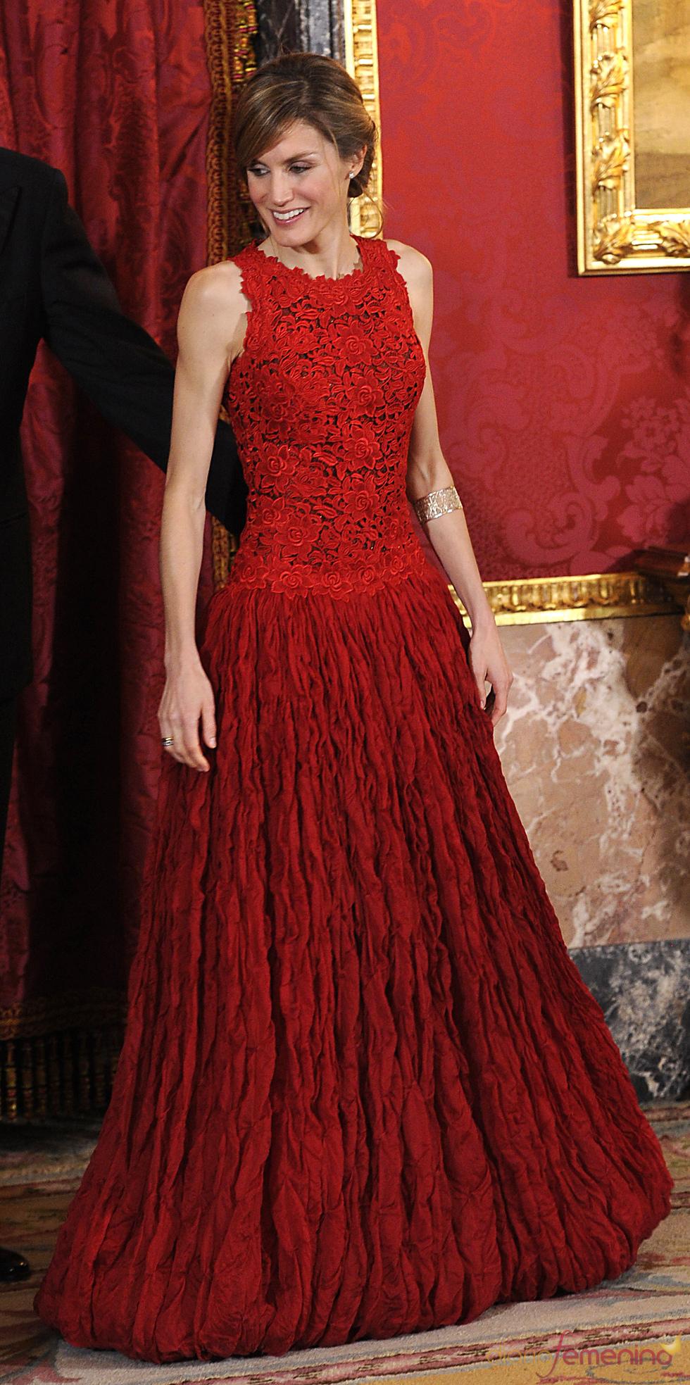 c904def6edfe Voici une petite rétrospective des robes de soirée de la reine Letizia  d u0027 Espagne au fil des ans. Laquelle préférez
