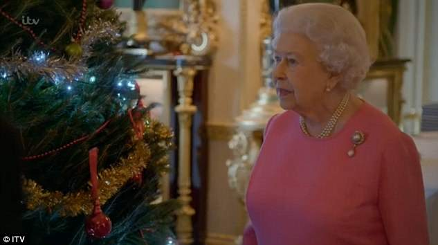 4B3A38EB00000578-5622415-Getting_into_the_Christmas_spirit_In_the_festive_scene_the_Queen-a-49_1523916776594