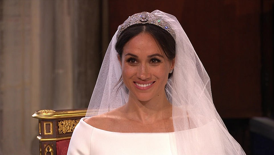 4C6D807D00000578-5747477-Hollywood_smile_Meghan_looks_overjoyed_as_her_intricate_veil_is_-a-258_1526729405535