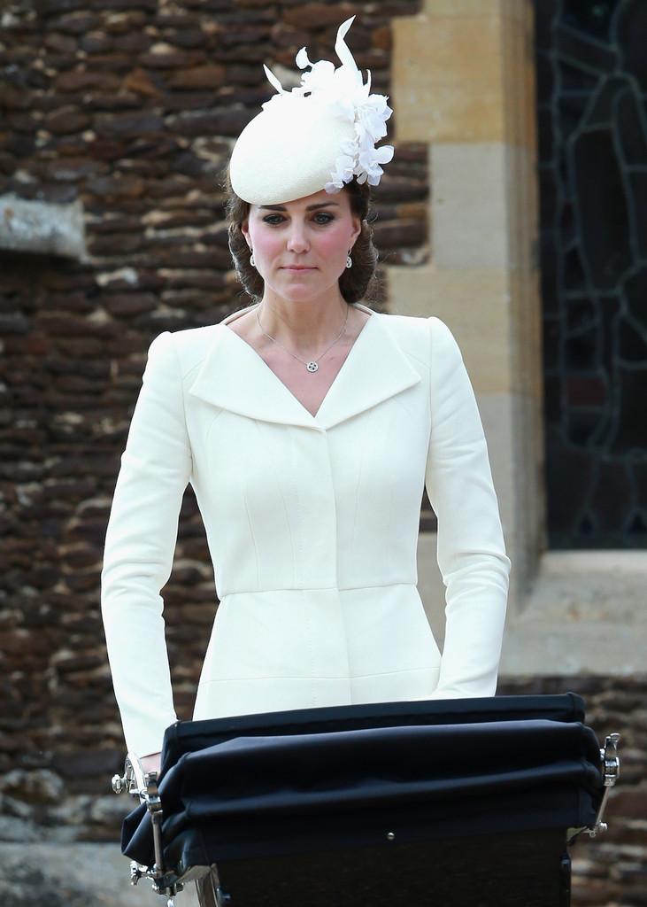 La duchesse portait une robe manteau d Alexander McQueen qui ressemble fort  à la tenue qu elle avait porté lors du baptême de sa fille la princesse ... 58fb6eea63d