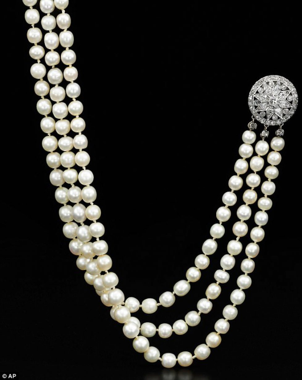 4D2E29F200000578-5838583-The_pearls_are_natural_not_cultured_as_most_are_today-m-4_1528896635911