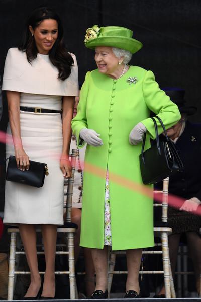 La reine Elizabeth vêtue de vert semblait particulièrement de bonne humeur  et la duchesse de Sussex en Givenchy très à l\u0027aise pour cette première  sortie en