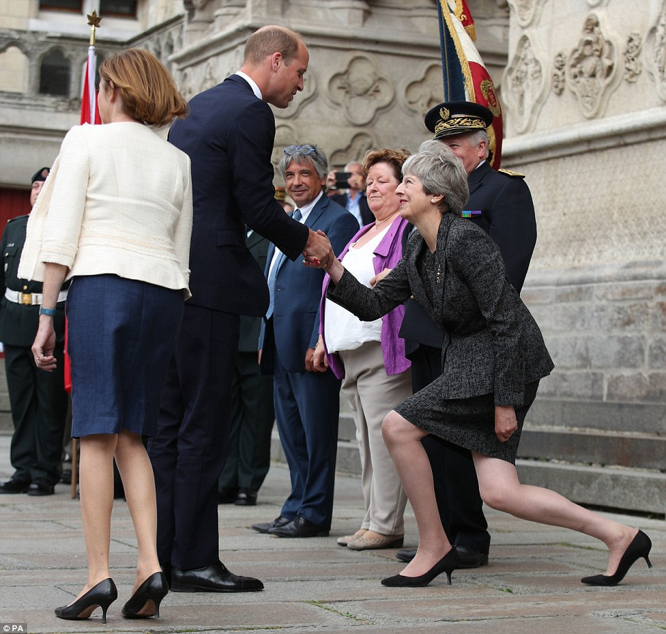 4EEE0C3600000578-6041691-The_Duke_of_Cambridge_is_greeted_by_an_awkward_looking_Prime_Min-m-16_1533781429587