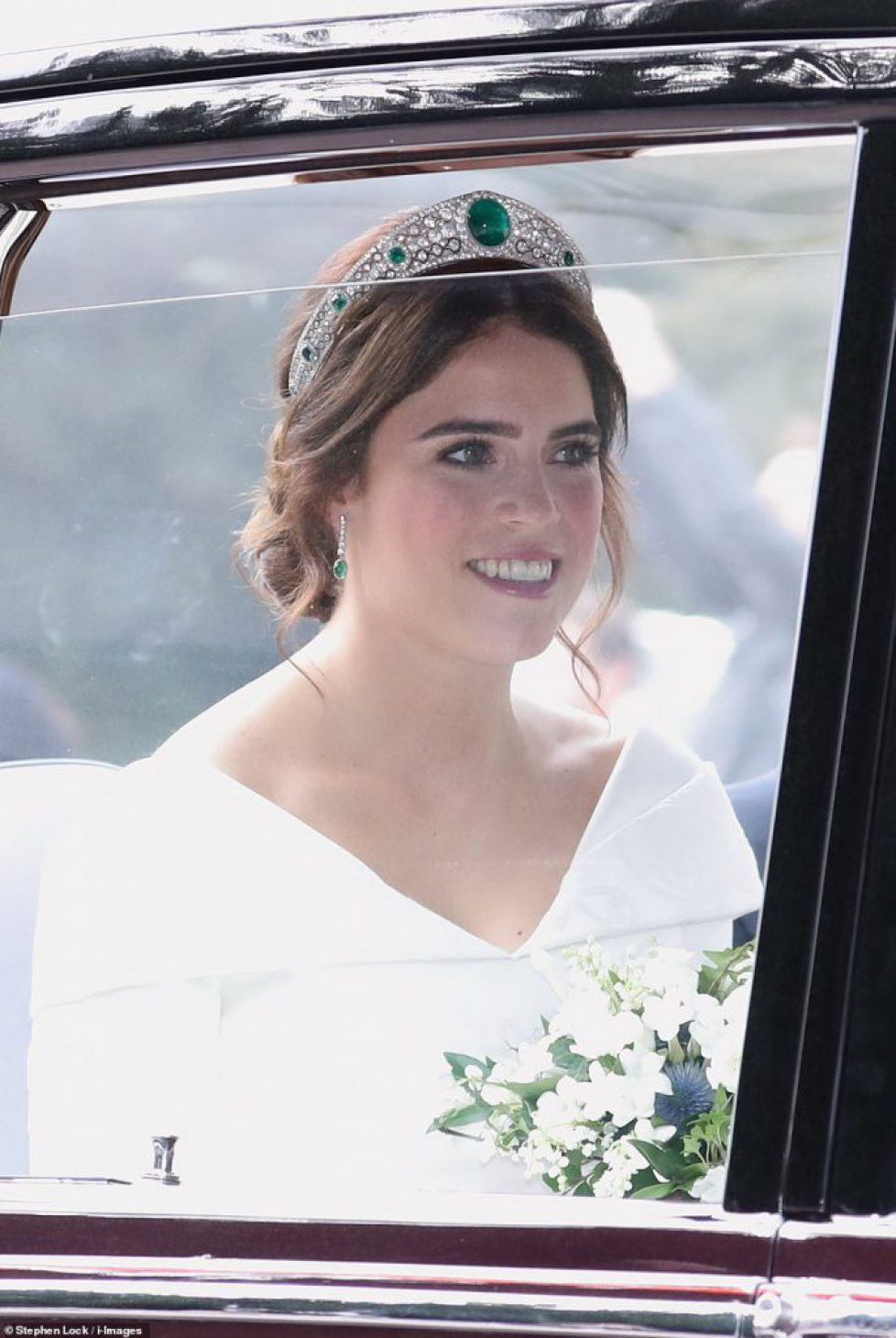 4984172-6268487-Eugenie_pulls_up_the_chapel_in_the_wedding_car_wearing_a_tiara_c-a-112_1539338568819