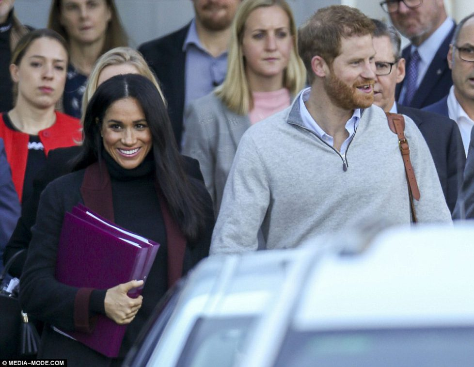 5152CB1D00000578-6275285-Meghan_was_carrying_two_purple_folders_while_Prince_Harry_wore_a-a-25_1539551041778