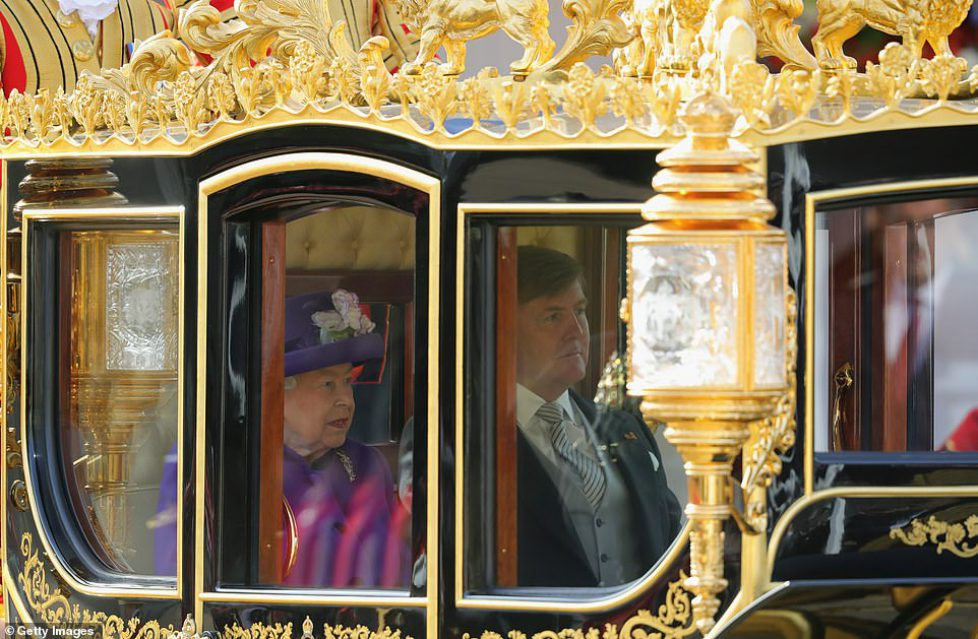 5319122-6306325-A_carriage_fit_for_a_king_The_Queen_and_King_Willem_Alexander_of-a-90_1540295588391
