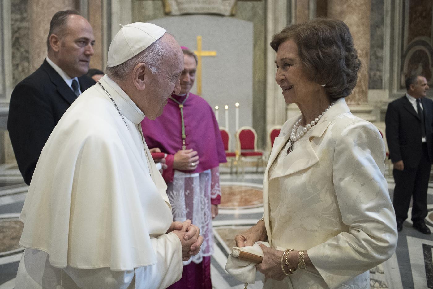 Su Majestad la Reina Doña Sofía es saludada por Su Santidad el Papa