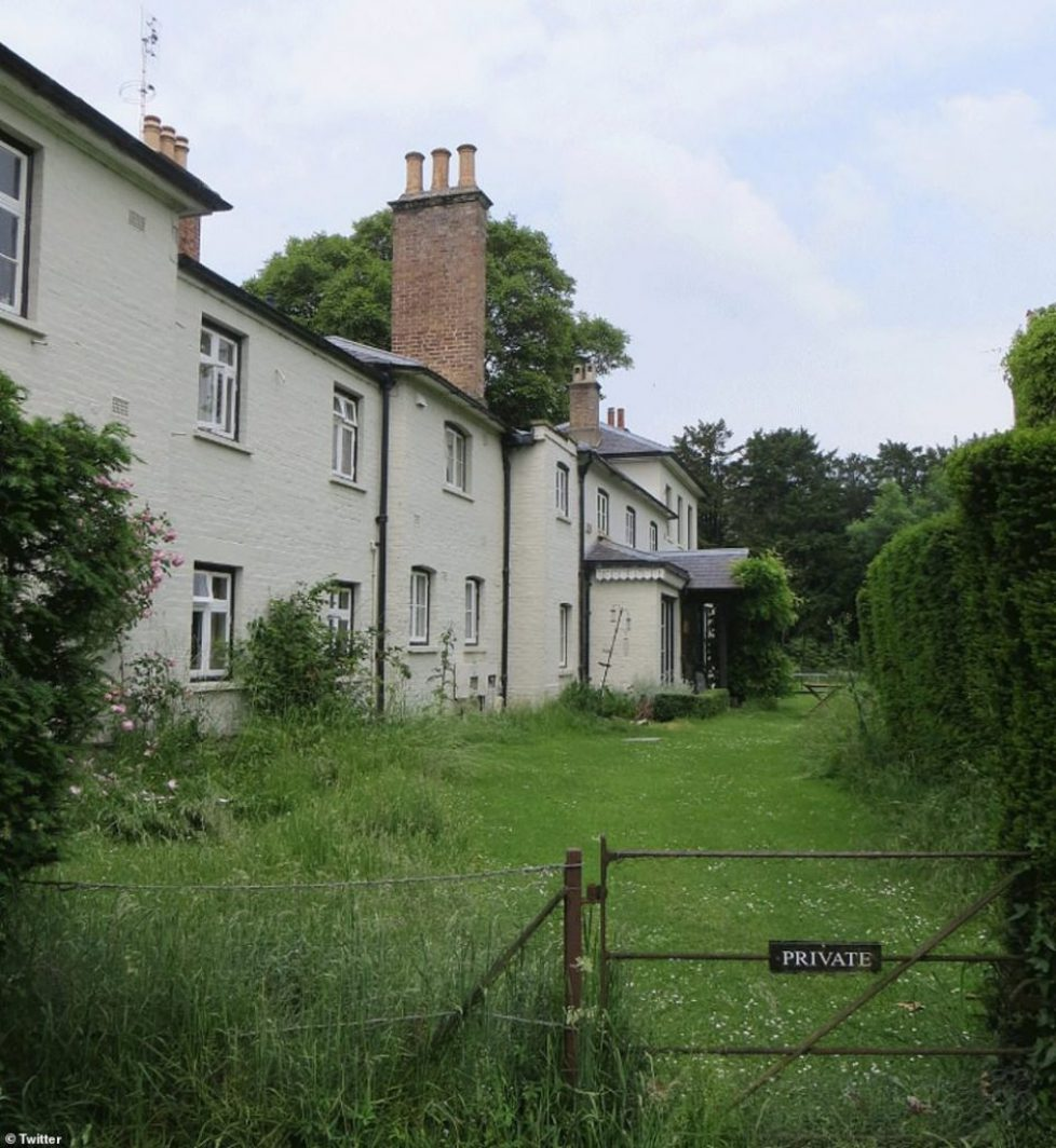 6584150-6423965-Frogmore_Cottage_in_the_grounds_of_Frogmore_House_which_is_locat-a-20_1543055917983