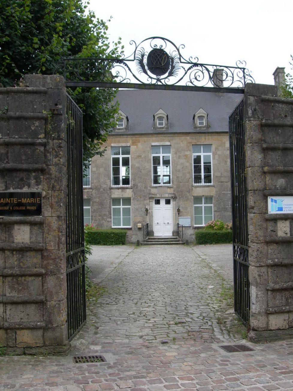 675px-Hotel_du_Mesnildot_de_la_Grille_Portail