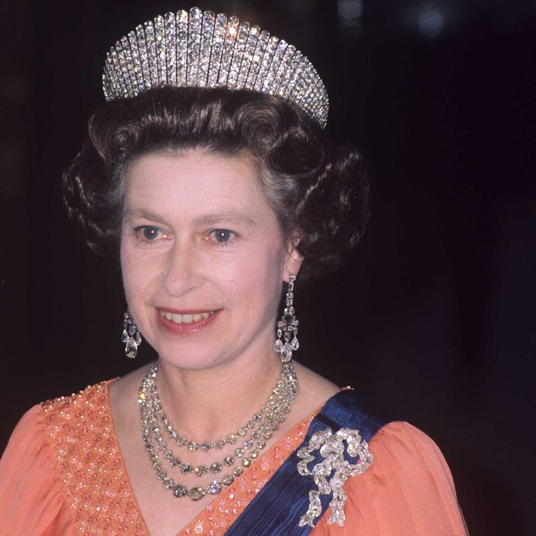 queen-wearing-queen-mary-lovers-knot-bow-brooch_jpg__760x0_q75_crop-scale_subsampling-2_upscale-false